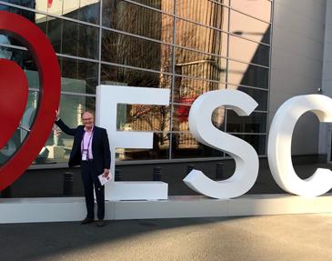 Dr. Jochheim vor dem Logo der Jahrestagung der Europäischen Gesellschaft für Kardiologie, ESC 2019, Jochheim Medizin