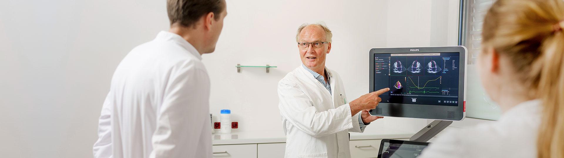 Dr. med. Reinhard Jochheim steht an einem Monitor im medizinischen Versorgungszentrum für Kardiologie Jochheim Medizin in Hattingen