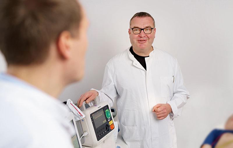 Markus Wiemer, Facharzt Innere Medizin und Kardiologie, Koronarangiographien und Interventionen, bei einer Schrittmacherkontrolle im medizinischen Versorgungszentrum für Kardiologie Jochheim Medizin in Hattingen